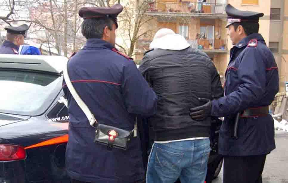 MARITO ALBANESE, SEPARATO, TENTA DI INVESTIRE L'EX MOGLIE ARRESTATO A CASTELFIDARDO CON LA SOLA ACCUSA DI STALKING!